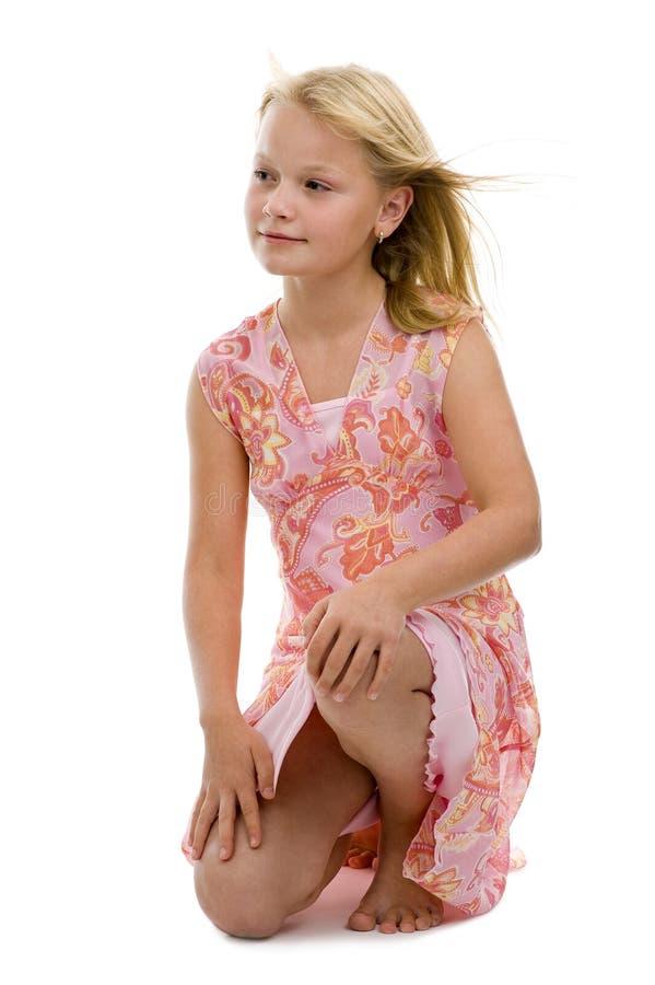 摆在工作室的白肤金发的女孩 免版税图库摄影