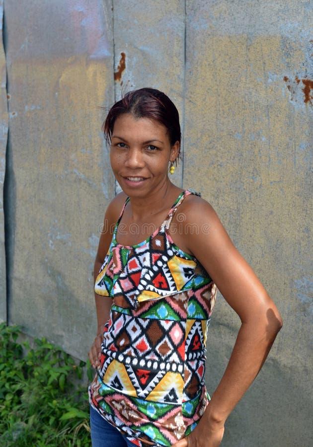 摆在微笑大马伊斯群岛尼加拉瓜的尼加拉瓜的克里奥尔人的妇女 免版税库存照片
