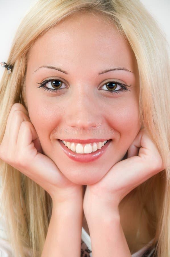 摆在微笑的女孩好的纵向 图库摄影