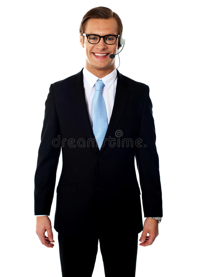 摆在微笑的电话推销员的耳机男 库存照片