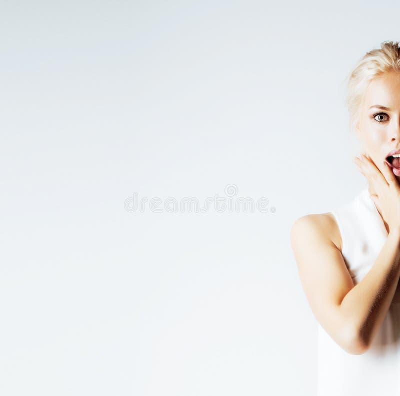摆在情感愉快微笑在白色背景,生活方式人概念的年轻人相当少年行家女孩 库存照片