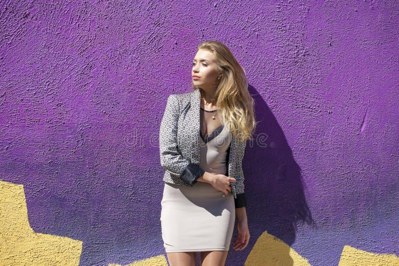 Download 摆在户外在su的米黄短的礼服的年轻美丽的妇女 库存图片. 图片 包括有 安静, 大使, 夹克, 查找, beauvoir - 62538735