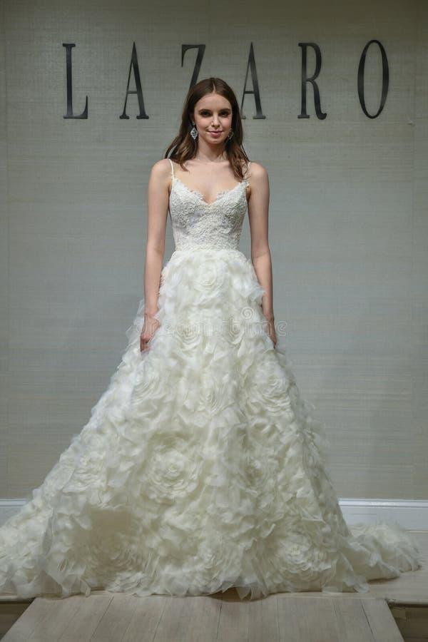 摆在拉扎春天2020新娘时尚介绍时的模型 免版税库存图片