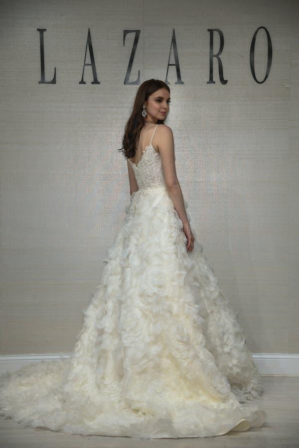 摆在拉扎春天2020新娘时尚介绍时的模型 免版税库存照片