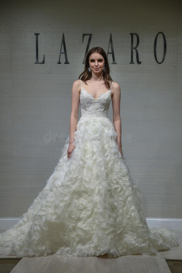 摆在拉扎春天2020新娘时尚介绍时的模型 图库摄影