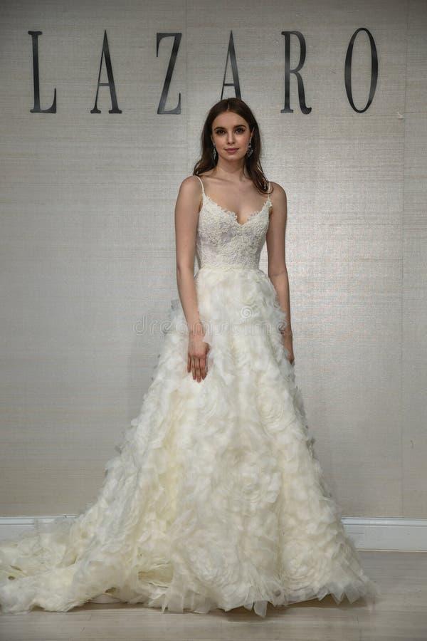 摆在拉扎春天2020新娘时尚介绍时的模型 库存图片