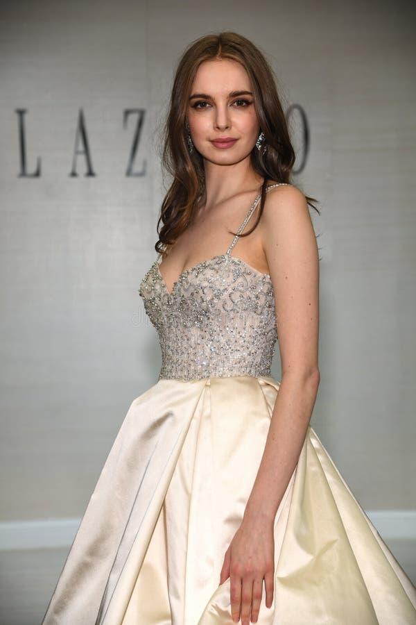 摆在拉扎春天2020新娘时尚介绍时的模型 库存照片