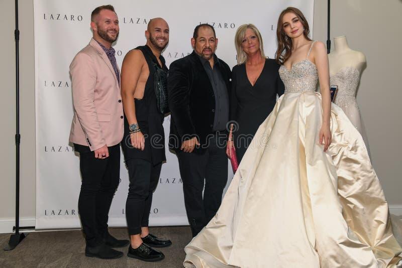 摆在拉扎春天2020新娘时尚介绍时的设计师、模型和客人 库存照片