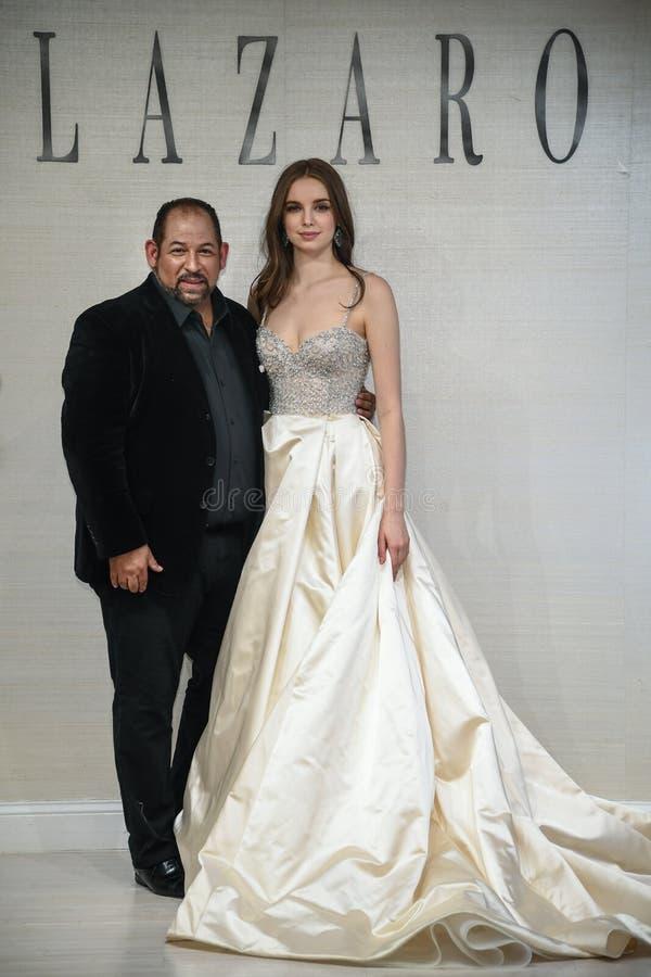 摆在拉扎春天2020新娘时尚介绍时的设计师和模型 库存图片
