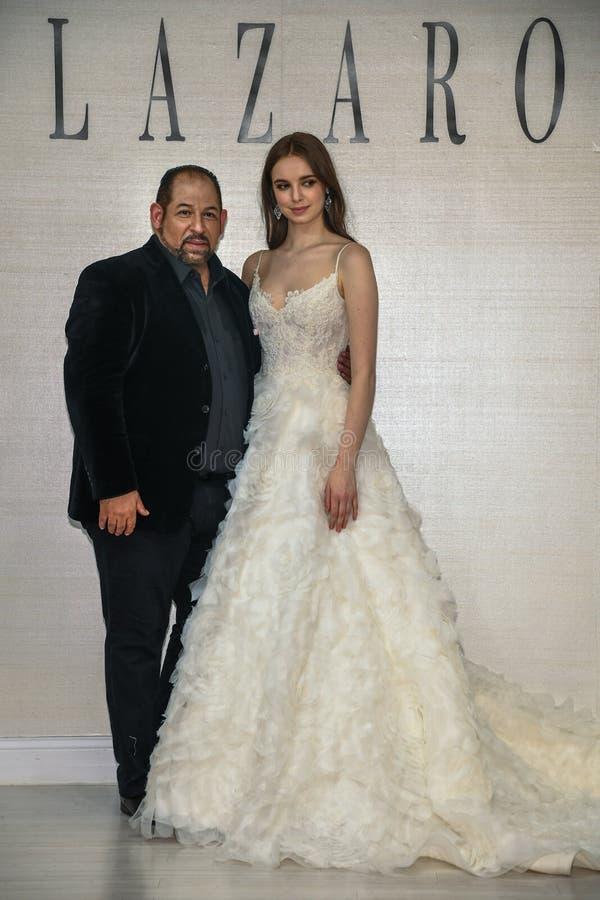 摆在拉扎春天2020新娘时尚介绍时的设计师和模型 图库摄影