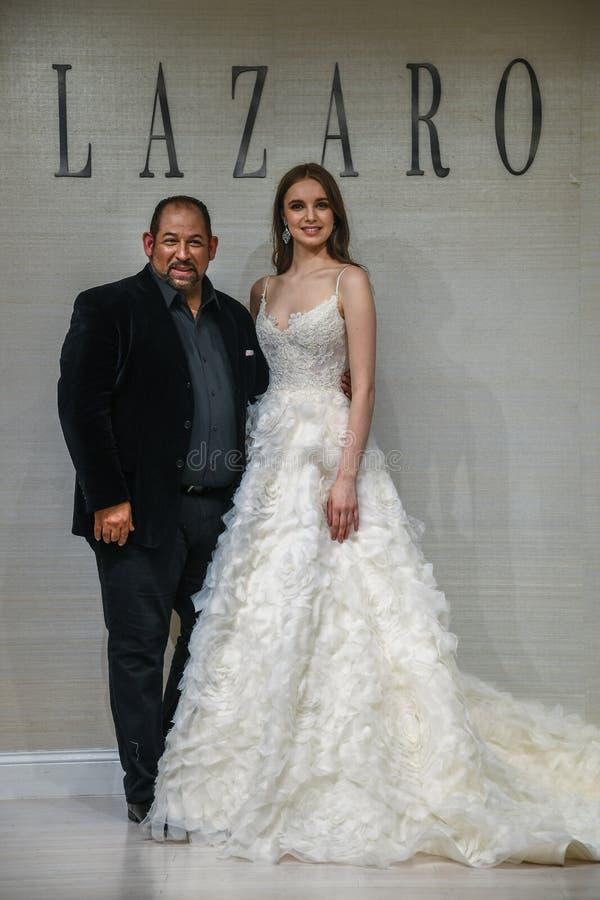 摆在拉扎春天2020新娘时尚介绍时的设计师和模型 库存照片