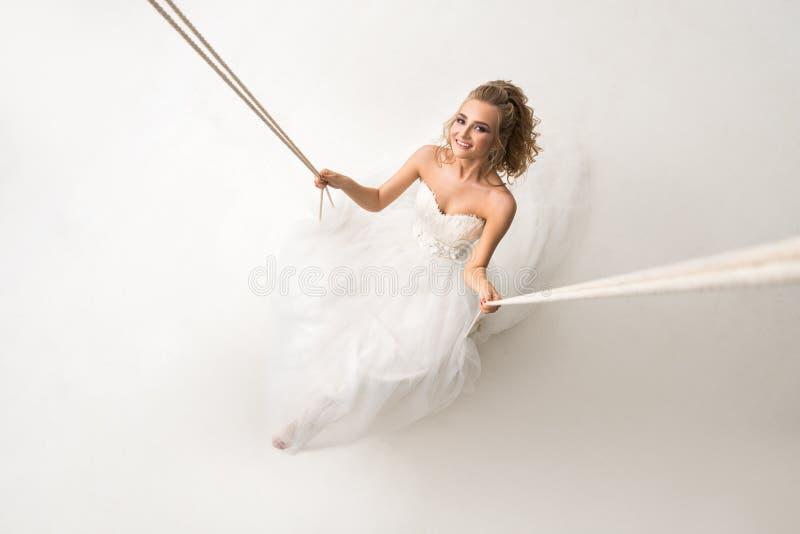 摆在摇摆的美丽的新娘从上面射击了 库存照片