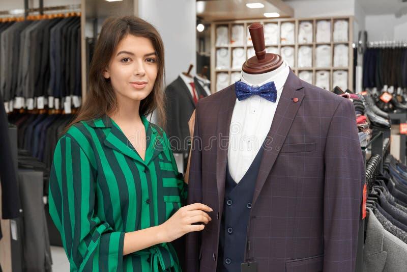 摆在时装模特附近的售货员在衣物商店 库存照片