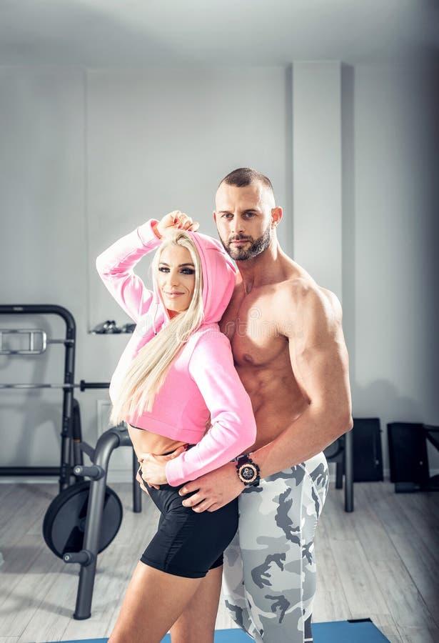摆在明亮的健身房的健身夫妇 库存照片