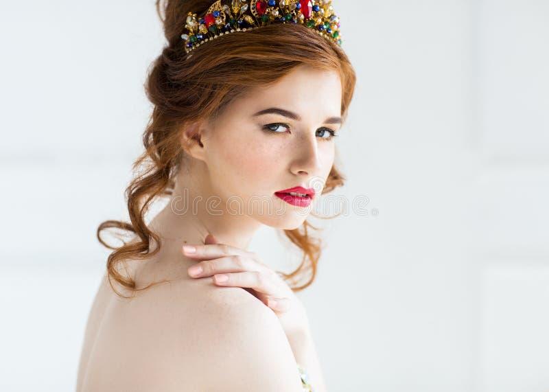 摆在晚礼服的美好的红发时装模特儿和颜色头发深棕色图片