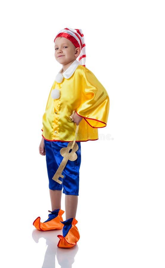 摆在木偶奇遇记服装的踌躇满志的小男孩 免版税库存图片