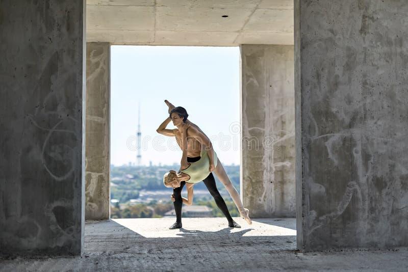 摆在未完成的大厦的跳芭蕾舞者 免版税图库摄影