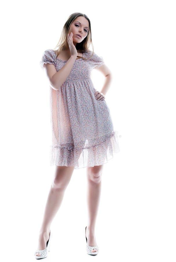 摆在杂色sarafan的可爱的少妇 免版税图库摄影