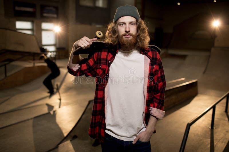 摆在极端公园的有胡子的溜冰者 库存照片