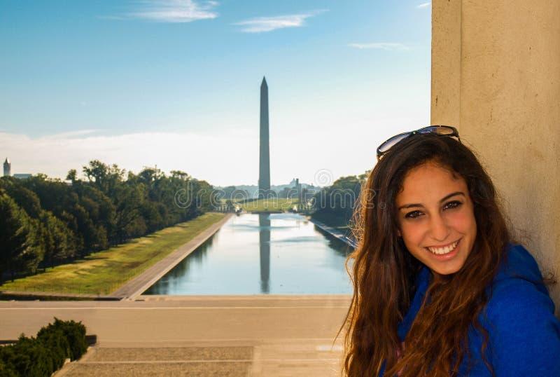 摆在林肯纪念堂前面的女孩反射Po 免版税库存图片