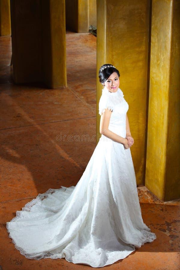摆在柱子附近的美丽的新娘 库存图片