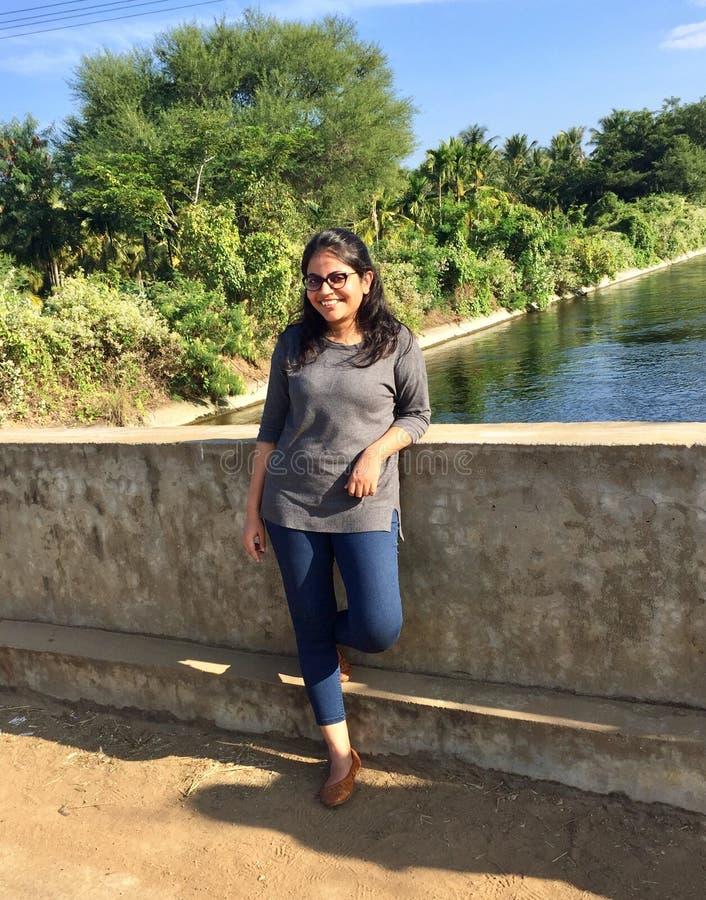 摆在桥梁的一个年轻印地安女孩 库存照片