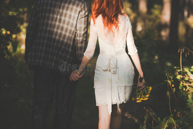 摆在森林里的新娘和新郎 免版税库存图片