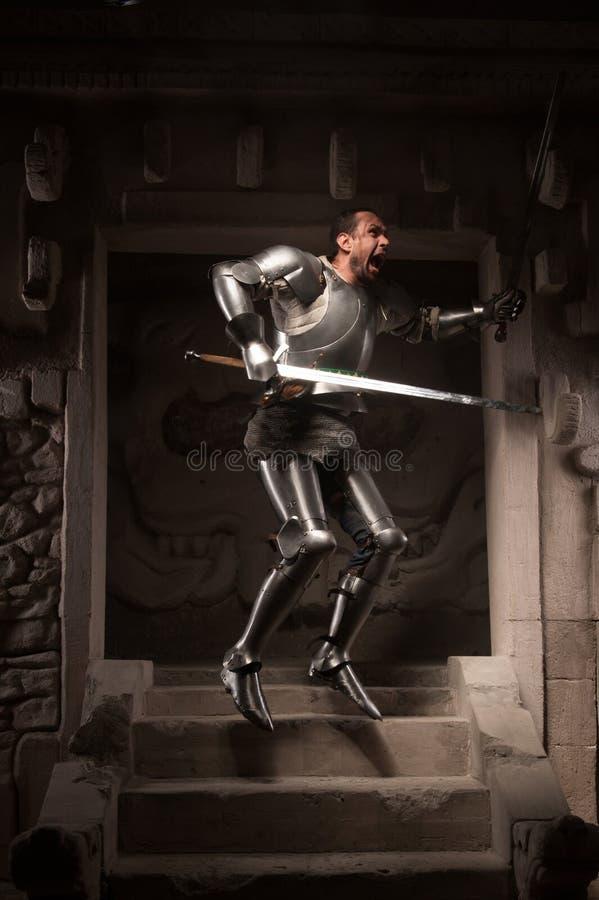 摆在步的中世纪战士古庙 免版税库存照片