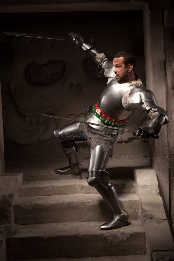 摆在步的中世纪战士古庙 图库摄影