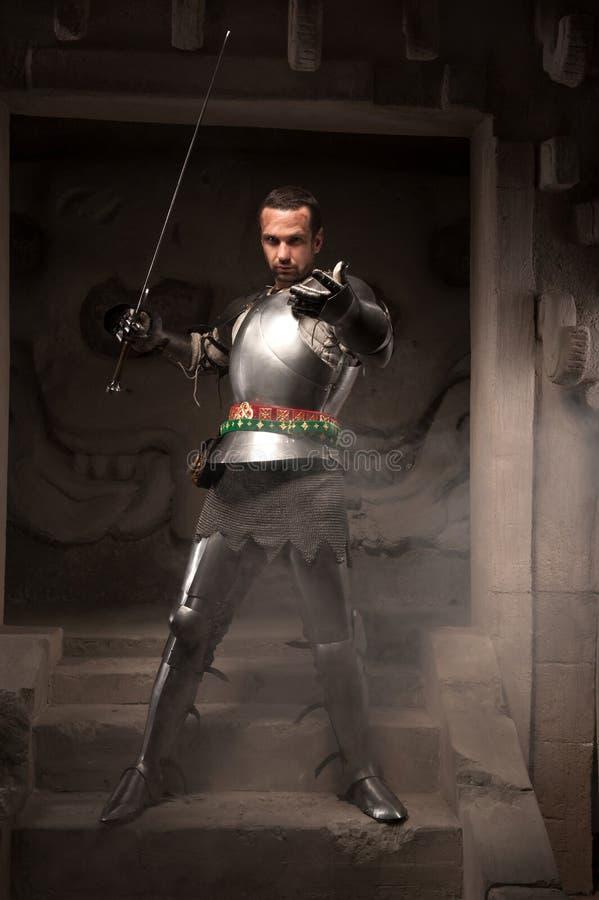 摆在步的中世纪战士古庙 库存照片