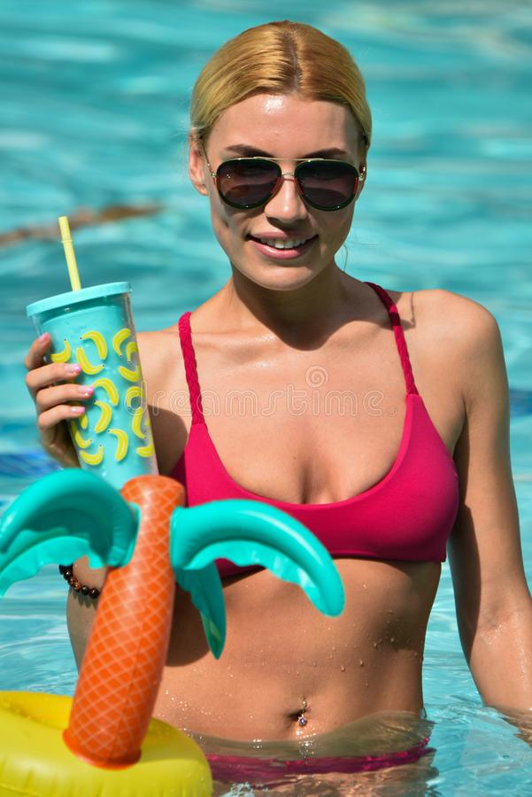 摆在游泳池的有吸引力的年轻模型 免版税库存图片