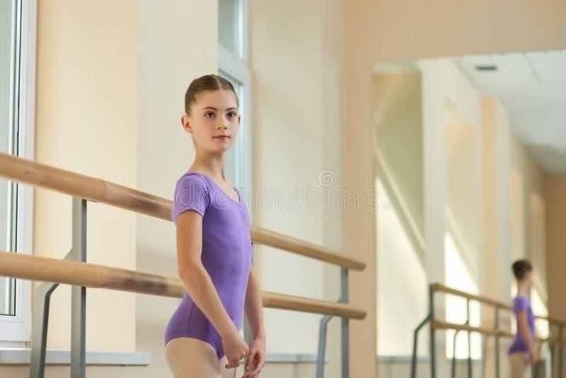 摆在演播室的年轻美丽的芭蕾舞女演员 免版税库存图片