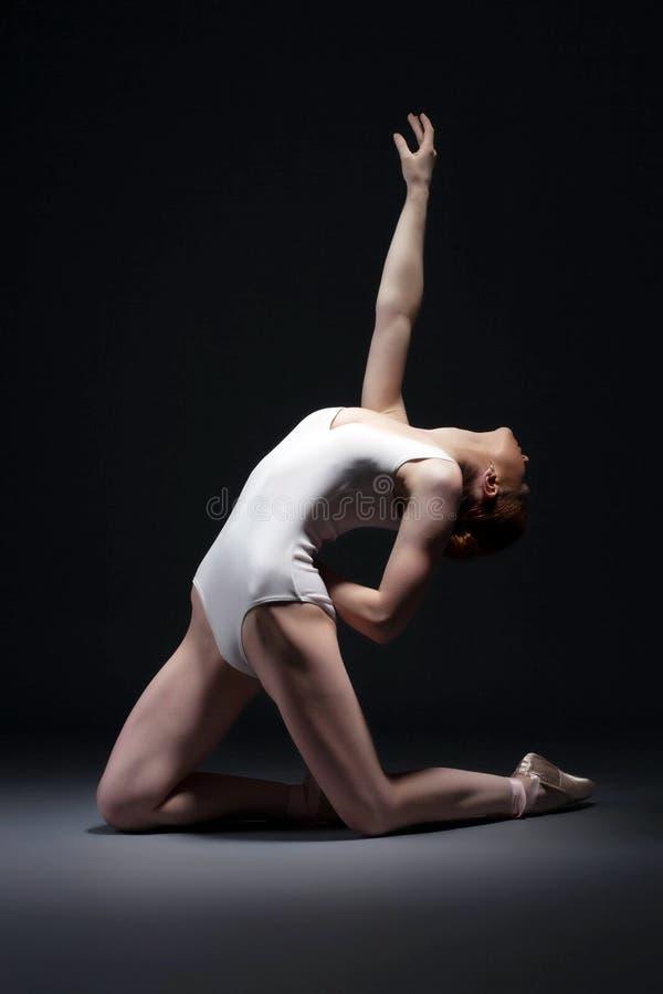 摆在演播室的情感亭亭玉立的芭蕾执行者 库存图片