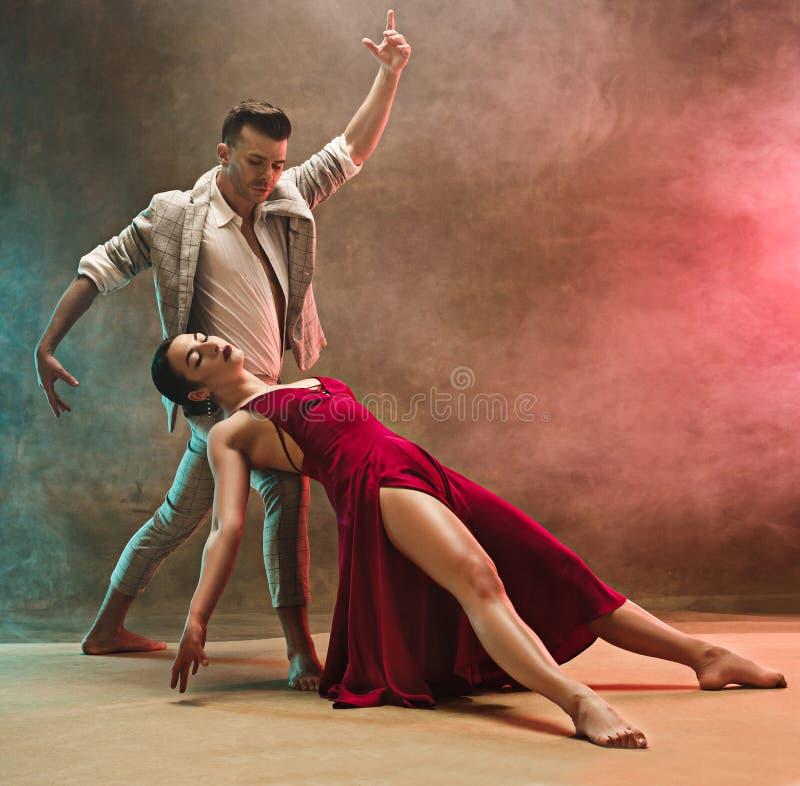 摆在演播室的灵活的年轻现代舞夫妇 免版税图库摄影