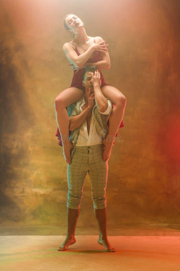 摆在演播室的灵活的年轻现代舞夫妇 免版税库存图片