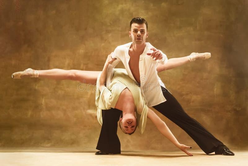 摆在演播室的灵活的年轻现代舞夫妇 图库摄影