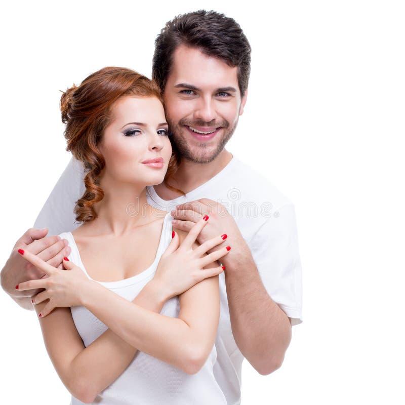 摆在演播室的美好的微笑的夫妇。 免版税库存照片