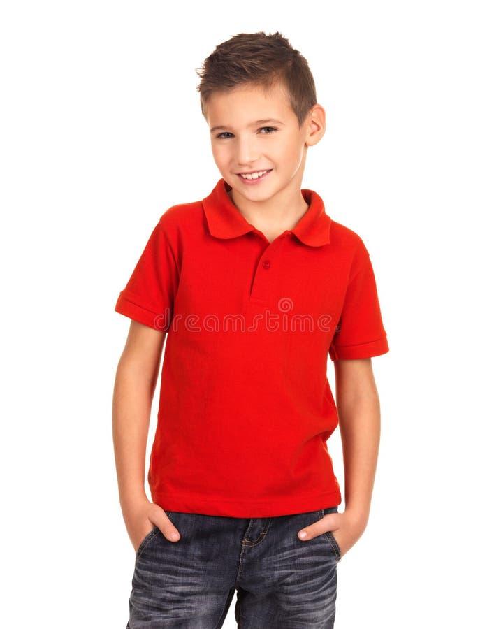 摆在演播室的年轻俏丽的男孩作为时装模特儿。 免版税库存照片