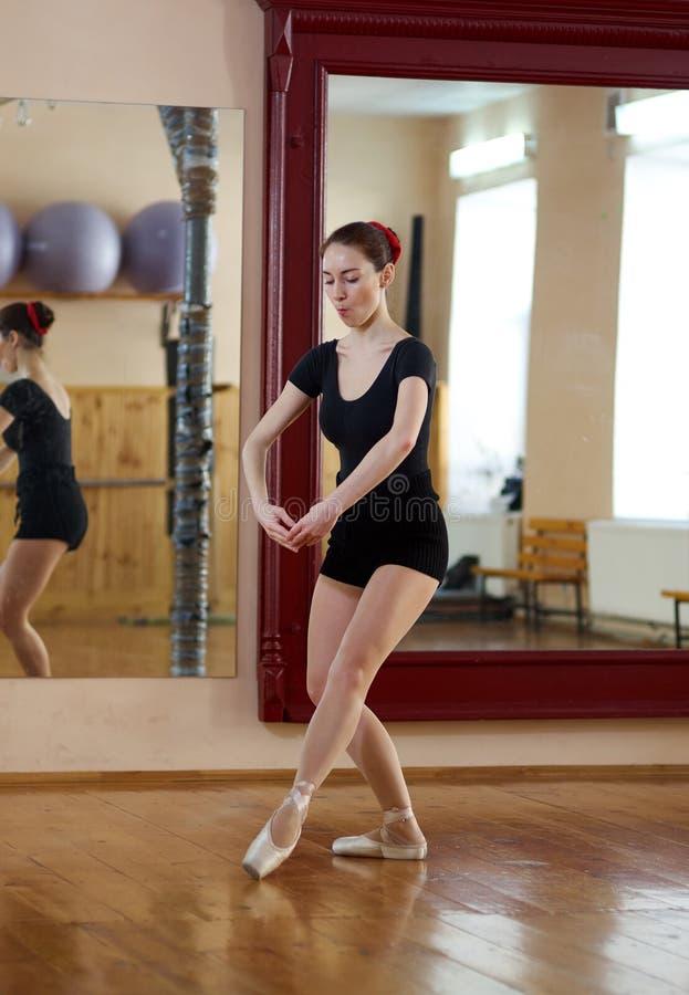 摆在演播室mirr的健身中心的年轻美丽的舞蹈家 免版税图库摄影