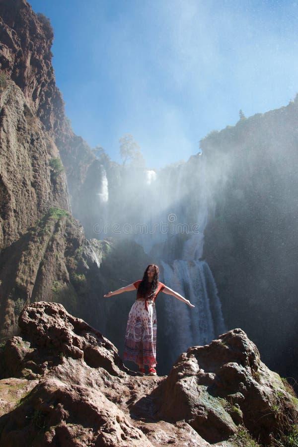 摆在瀑布前面的女性游人 图库摄影