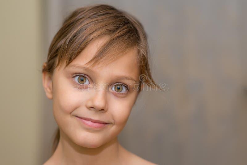 摆在照相机前面的美丽的少女 库存图片