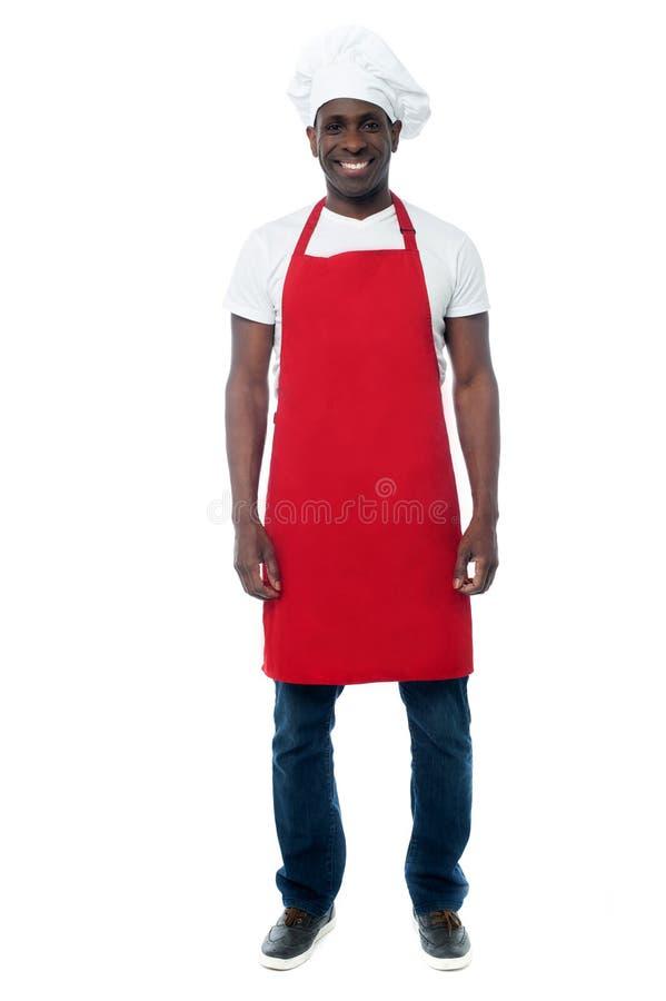 摆在照相机的男性厨师 免版税图库摄影