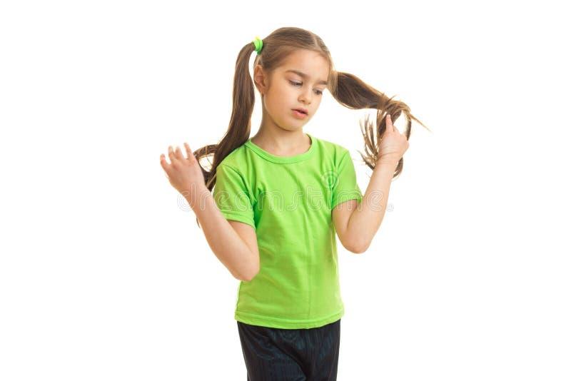 摆在照相机的绿色衬衣的Cutie女孩 图库摄影