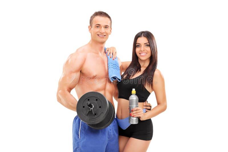 摆在用健身设备的可爱的运动员 图库摄影