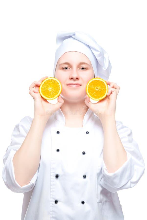 摆在用在白色背景的桔子的厨师 免版税库存照片