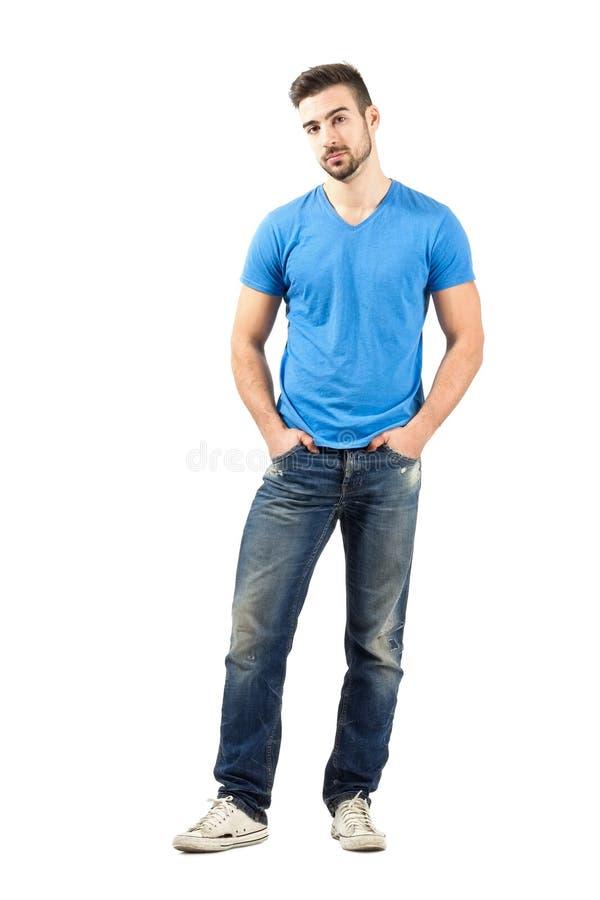 摆在用在他的口袋的手的年轻时装模特儿 库存图片