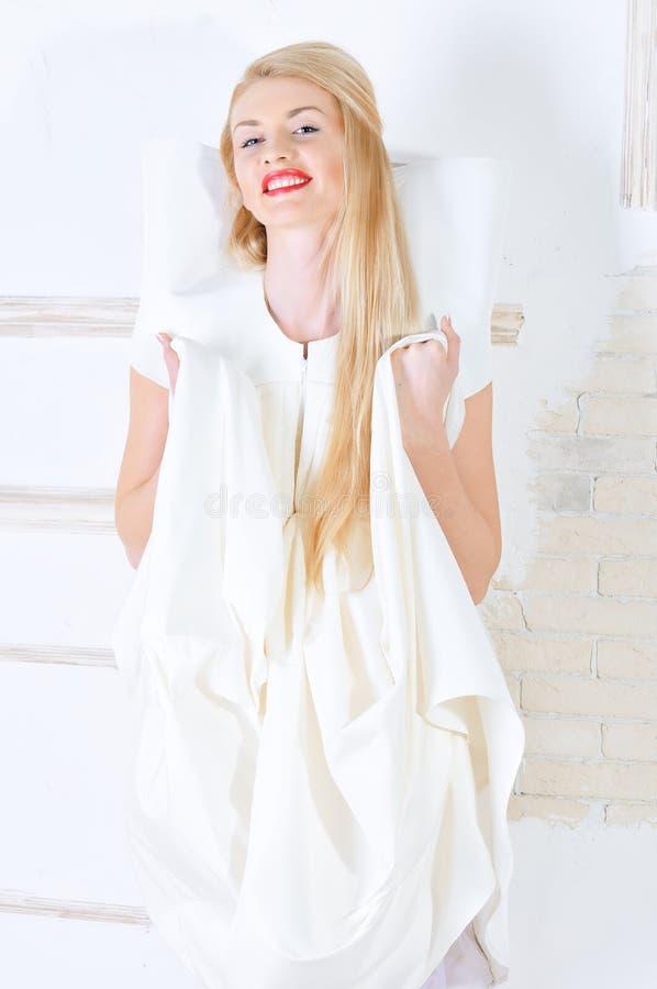 摆在白人妇女年轻人的美丽的礼服 免版税库存图片