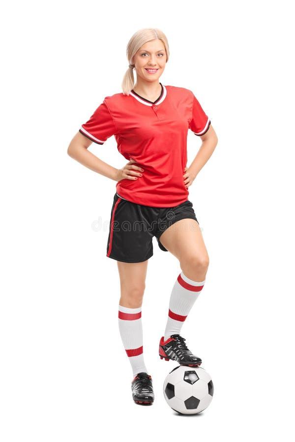 摆在白色背景的女性足球运动员 免版税库存照片