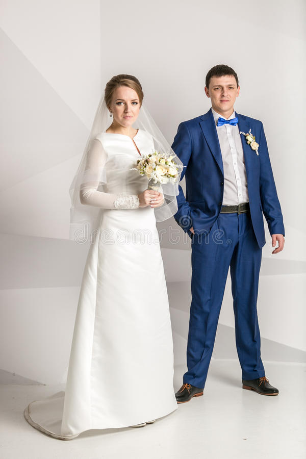 摆在白色背景的演播室的新婚的夫妇 图库摄影