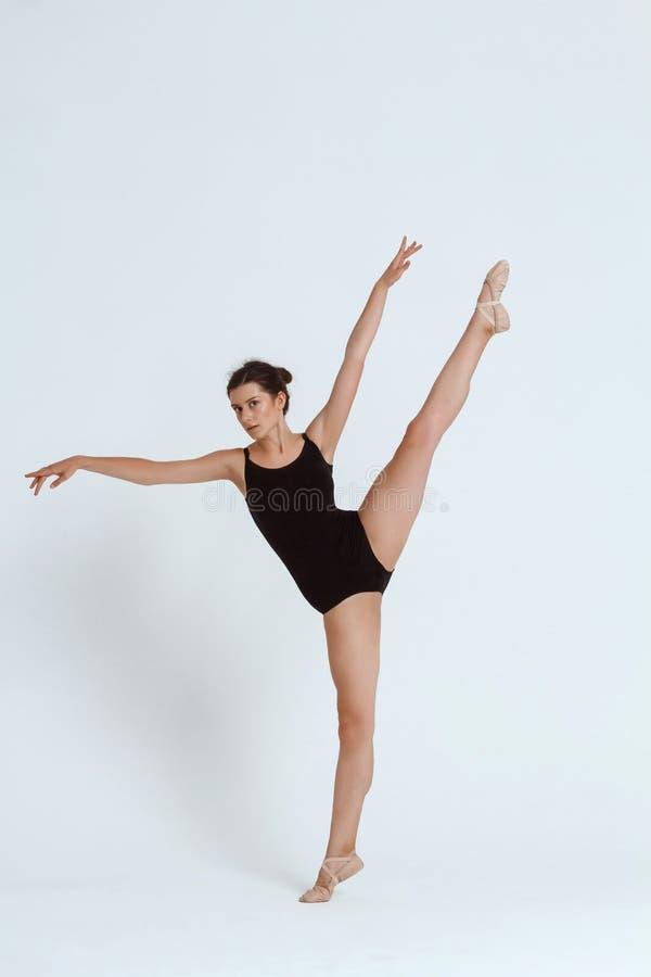 摆在白色背景的年轻美丽的当代舞蹈家 复制空间 免版税库存照片
